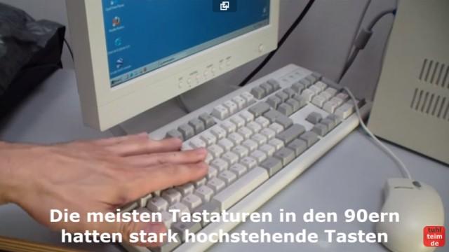 """RetroPC - Der Fujitsu-Siemens PC """"T-Bird"""" aus dem Jahr 2000 - Tastatur mit Microsoft Kugelmaus und 15""""-TFT-Monitor"""