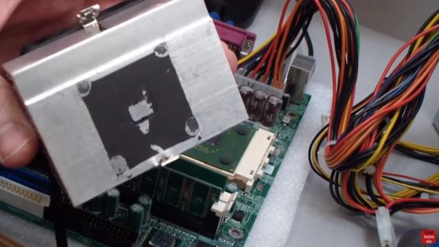 """CPU wird zu heiss und überhitzt - PC schaltet sich aus - Temperatur im Bios kontrollieren - Der ausgebaute Kühler von unten - der """"Die"""", der eigentliche Chip, hat einen mittigen Abdruck hinterlassen"""