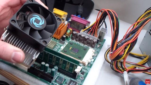 CPU wird zu heiss und überhitzt - PC schaltet sich aus - Temperatur im Bios kontrollieren - CPU (rechts) und abgebauter Kühlkörper mit Lüfter (links)