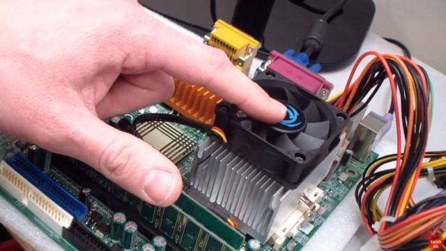 CPU wird zu heiss und überhitzt - PC schaltet sich aus - Temperatur im Bios kontrollieren - Der Lüfter wird mit einem Finger im laufenden Betrieb angehalten