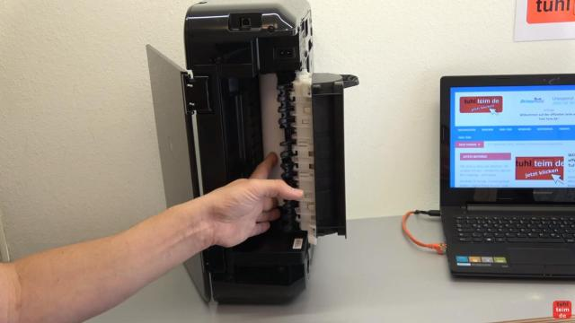 Canon Pixma Drucker Papierstau Problem beheben - Papierausgabeschacht - Drucker auf die Seite stellen und Klappe öffnen