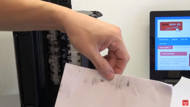 Canon Pixma Drucker Papierstau Problem beheben - Papierausgabeschacht - der Papierstapel wurde vorsichtig herausgezogen