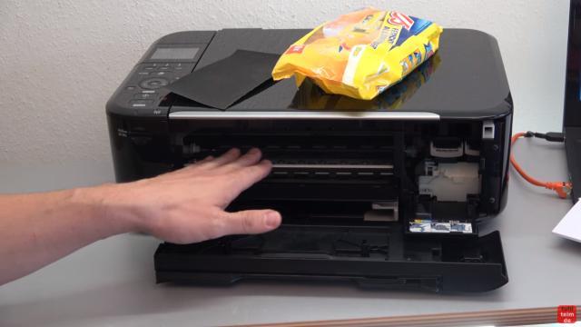 Canon Pixma Drucker Papierstau Problem beheben - Papierausgabeschacht - bei Bedarf die Papierwalzen reinigen oder sogar mit feinem Schmiergelpapier etwas anrauhen