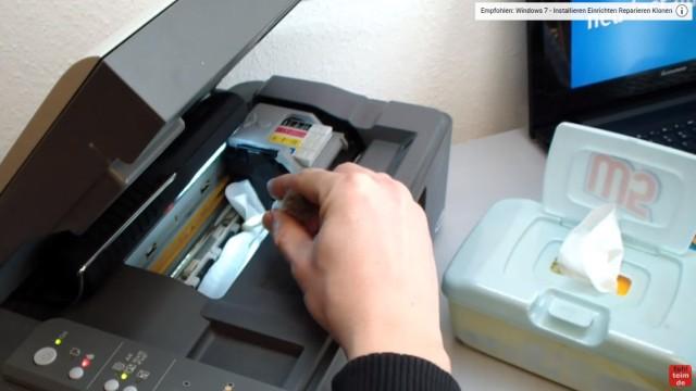Epson Tintenstrahldrucker - Druckkopf reinigen ohne Ausbau - Ausdruck ist streifig - Tuch in den Drucker legen und unter den Druckkopf schieben