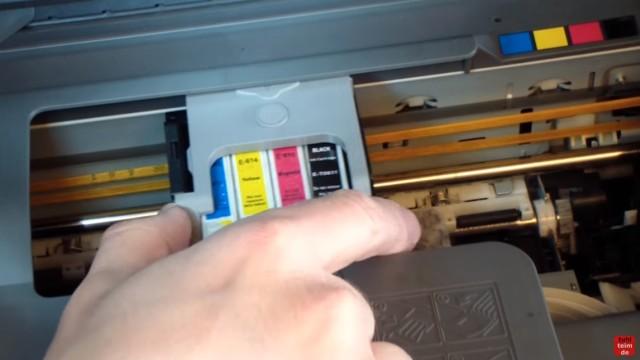 Epson Tintenstrahldrucker - Druckkopf reinigen ohne Ausbau - Ausdruck ist streifig - den Kopf langsam und oft über das Tuch bewegen