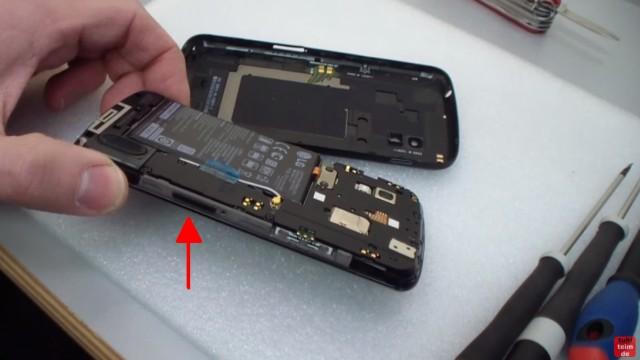 Google Nexus 4 aufschrauben und Akku wechseln - VOR dem Öffnen des Handys den SIM-Schlitten mit der SIM entfernen