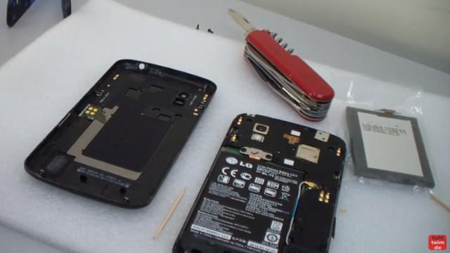 Google Nexus 4 aufschrauben und Akku wechseln - links das Cover und rechts das Handy mit Display