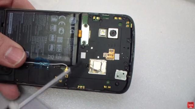Google Nexus 4 aufschrauben und Akku wechseln - neuen Akku einlegen - Stecker aufstecken und festschrauben