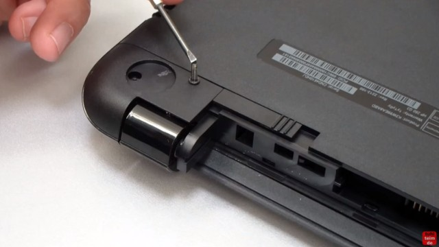 HP Notebook 250 G3 öffnen aufschrauben Lüfter HDD RAM wechseln FIX - Gummipuffer entfernen und Schraube am Scharnier rausschrauben