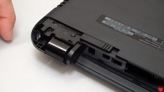 HP Notebook 250 G3 öffnen aufschrauben Lüfter HDD RAM wechseln FIX - Plastikabdeckung am Scharnier entfernen (beide Seiten)