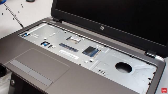 HP Notebook 250 G3 öffnen aufschrauben Lüfter HDD RAM wechseln FIX - unter der Tastatur die Schrauben entfernen und die zwei Flachbandkabel lösen