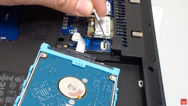 HP Notebook 350 G1 öffnen - Tastatur, Lüfter und Mainboard ausbauen - Festplatte / HDD / SSD ausbauen - Stecker vorsichtig öffnen