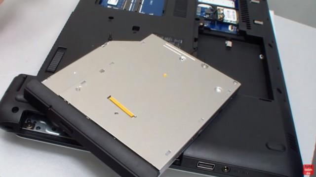 HP Notebook 350 G1 öffnen - Tastatur, Lüfter und Mainboard ausbauen - DVD-Laufwerk ausbauen