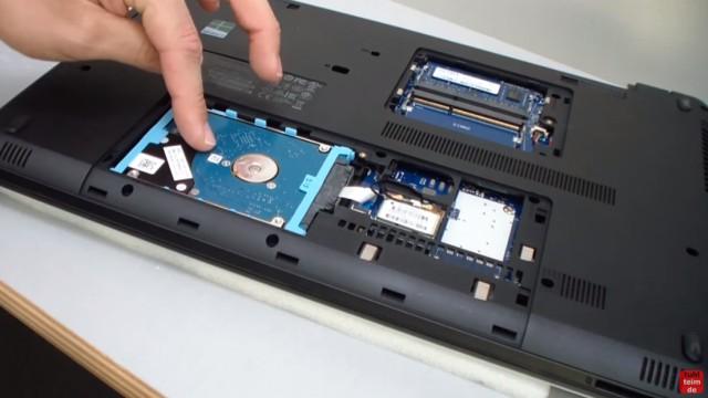 HP Notebook 350 G1 öffnen - Tastatur, Lüfter und Mainboard ausbauen - Festplatte / HDD / SSD ausbauen - vorsichtig mit dem Flachbandkabel