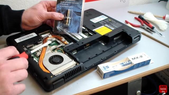 Notebook Wärmeleitpaste und Wärmeleitpad wechseln - offenes Laptop mit Heatpipe