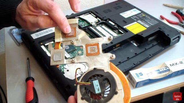 Notebook Wärmeleitpaste und Wärmeleitpad wechseln - Heatpipe ausgebaut