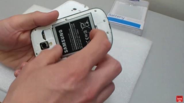Samsung S3 mini microSD Karte ein- und ausbauen - Akku wechseln - den Akku herausnehmen