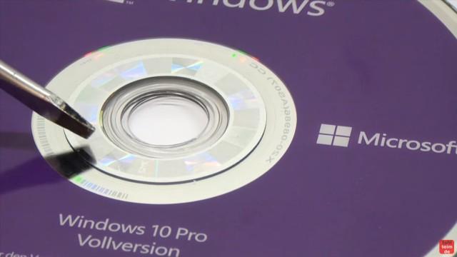 Windows 10 DVD original oder gefälscht - Sicherheitsmerkmale vergleichen - Erhabenes Hologramm im Innenrand der Vergleichs-DVD