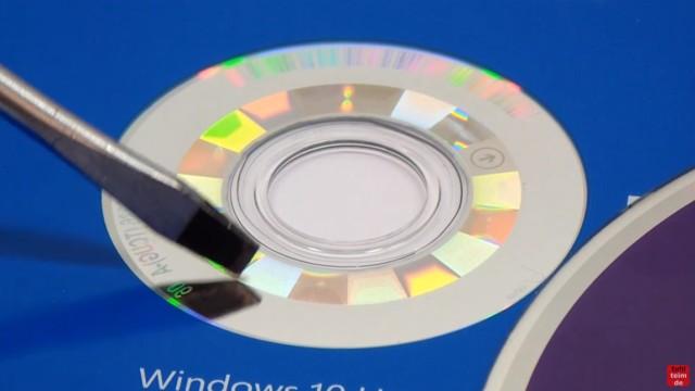Windows 10 DVD original oder gefälscht - Sicherheitsmerkmale vergleichen - Hologramm im Innenrand der Original-DVD