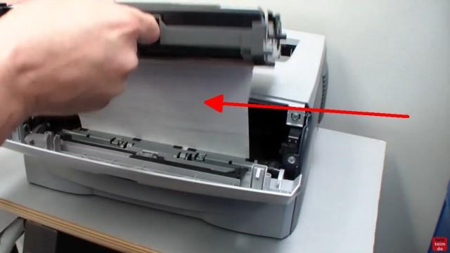 Brother HL Laserdrucker Papierstau - richtig entfernen ohne Drucker zu beschädigen - ein Blatt hängt in der Tonerkartusche und Drucker fest