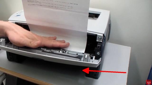 Brother HL Laserdrucker Papierstau - richtig entfernen ohne Drucker zu beschädigen - nun das Blatt vorsichtig herausziehen