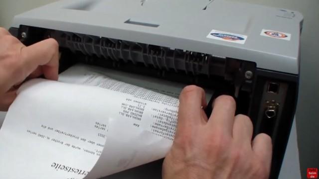 Brother HL Laserdrucker Papierstau - richtig entfernen ohne Drucker zu beschädigen - das Blatt vorsichtig herausziehen und den blauen Hebel drücken