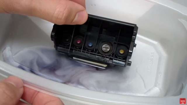 Canon Pixma Kopf ausbauen und reinigen - Tinte und eingetrocknete Tinte löst sich