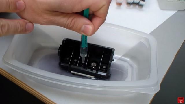 Canon Pixma Kopf ausbauen und reinigen - Druckkopfreiniger auf die Farbnetze tröpfeln