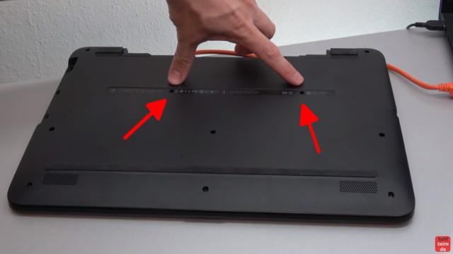 HP Pavilion Notebook PC nicht zu öffnen - Öffnen auf eigene Gefahr - 17-x035ng - zwei Schrauben (Pfeile) sind unter Aufklebern verborgen