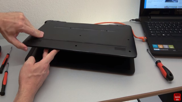 HP Pavilion Notebook PC nicht zu öffnen - Öffnen auf eigene Gefahr - 17-x035ng - jetzt sollte die Bodenschale sich entfernen lassen