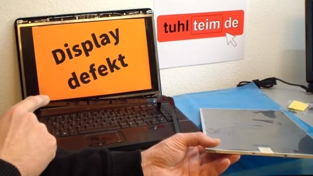Notebook Display Reparatur - defektes Display ausbauen und tauschen - das Notebook-Display ist zerbrochen
