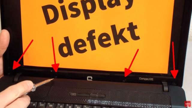 Notebook Display Reparatur - defektes Display ausbauen und tauschen - die Schrauben und Gummiabdeckungen sind meistens oben und unten