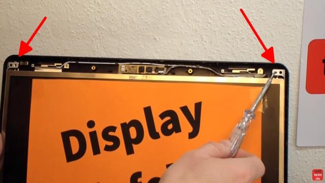 Notebook Display Reparatur - defektes Display ausbauen und tauschen - jetzt die Verschraubung am Displaymetallrahmen lösen