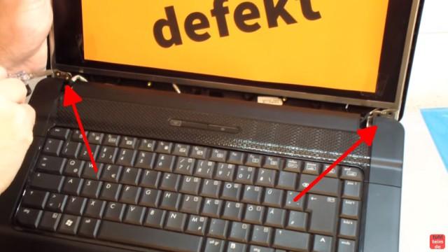 Notebook Display Reparatur - defektes Display ausbauen und tauschen - unten und oben sind Schrauben