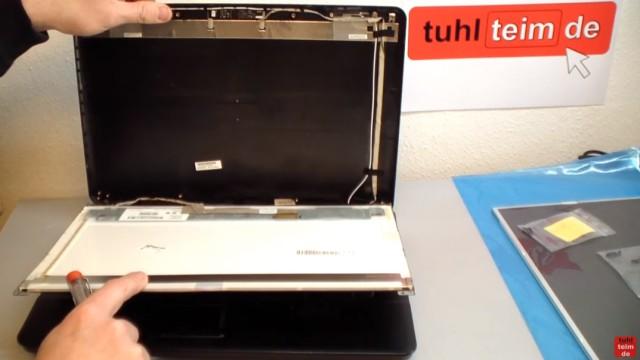 Notebook Display Reparatur - defektes Display ausbauen und tauschen - das Display kann jetzt von der hinteren Abdeckung abgenommen werden
