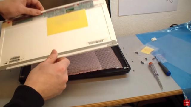 Notebook Display Reparatur - defektes Display ausbauen und tauschen - das neue Display kann eingebaut werden