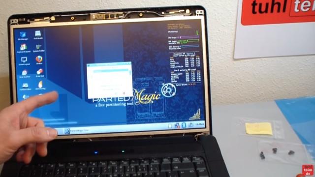 Notebook Display Reparatur - defektes Display ausbauen und tauschen - vor dem Zusammenbau das neue Display testen