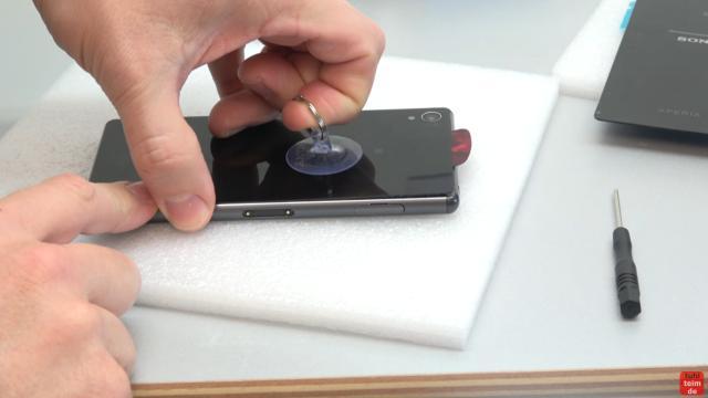 Sony Xperia Z3 Backcover + Akku + NFC Antenne austauschen - Reparatur - Backcover etwas anheben und mit Plektrum Kleber entfernen