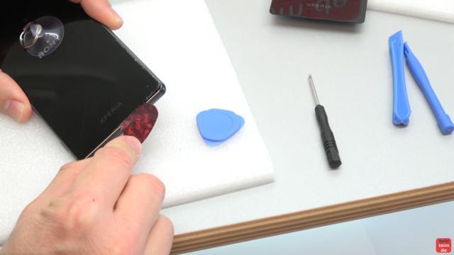 Sony Xperia Z3 Backcover + Akku + NFC Antenne austauschen - Reparatur - mit Plektrum Kleber entfernen den Rand aufhebeln