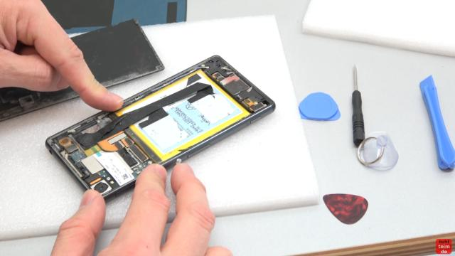 Sony Xperia Z3 Backcover + Akku + NFC Antenne austauschen - Reparatur - Handy-Rückseite ist entfernt