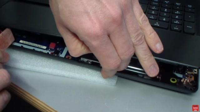 Acer Extensa 2509 Notebook RAM Erweitern Upgrade - die Abdeckung mit der Tastatur vorsichtig entfernen