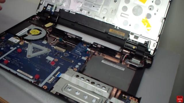 Acer Extensa 2509 Notebook RAM Erweitern Upgrade - das offene Notebook mit Mainboard und Lüfter