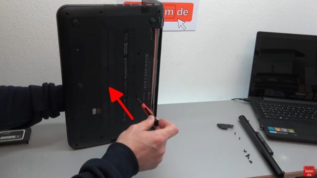 HP Pavilion Sleekbook 15 Notebook öffnen HDD SSD RAM Lüfter CMOS tauschen - mit einem Schraubenzieher die Tastatur anheben