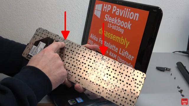 HP Pavilion Sleekbook 15 Notebook öffnen HDD SSD RAM Lüfter CMOS tauschen - die Tastatur von unten mit den beiden Gewinden für die Schrauben