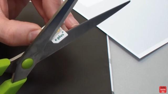 Handy SIM-Karte zu Micro / Nano zuschneiden und Mini-SIM-Adapter selber bauen - mit der Schere die Karte kleinschneiden