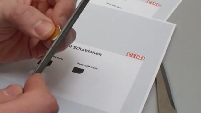 Handy SIM-Karte zu Micro / Nano zuschneiden und Mini-SIM-Adapter selber bauen - die Feinheiten mit der Feile bearbeiten