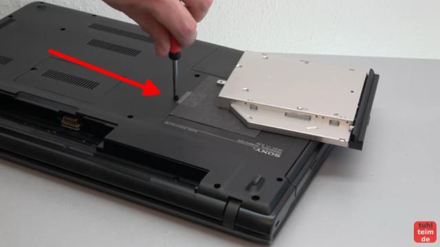 Notebook DVD Laufwerk oder BluRay ausbauen und wechseln - die Schraube lässt sich meistens einfach entfernen