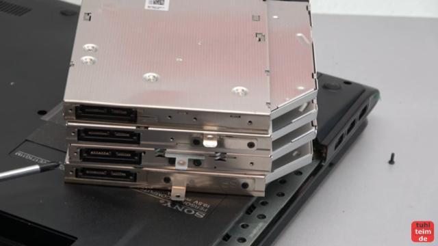 Notebook DVD Laufwerk oder BluRay ausbauen und wechseln - verschiedene Laufwerke mit verschiedenen Metalllaschen
