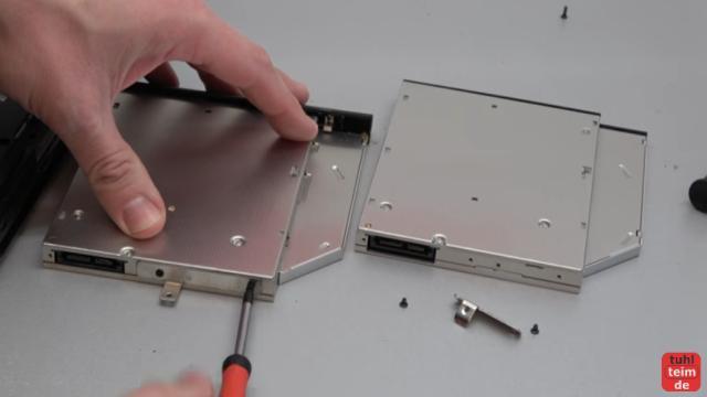 Notebook DVD Laufwerk oder BluRay ausbauen und wechseln - die Metalllasche lässt sich meistens leicht umbauen