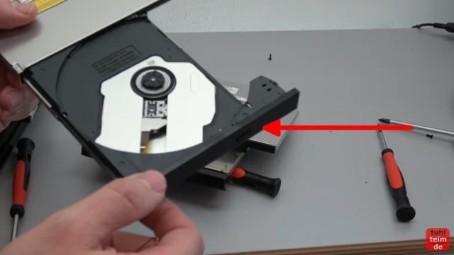 Notebook DVD Laufwerk oder BluRay ausbauen und wechseln - das Laufwerk kann meistens vorne mit einer Büroklammer geöffnet werden